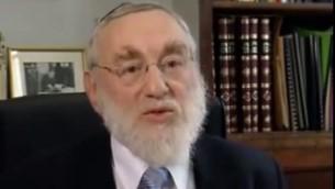 Le rabbin en intérim Michel Guggenheim (Crédit : capture d'écran YouTube)