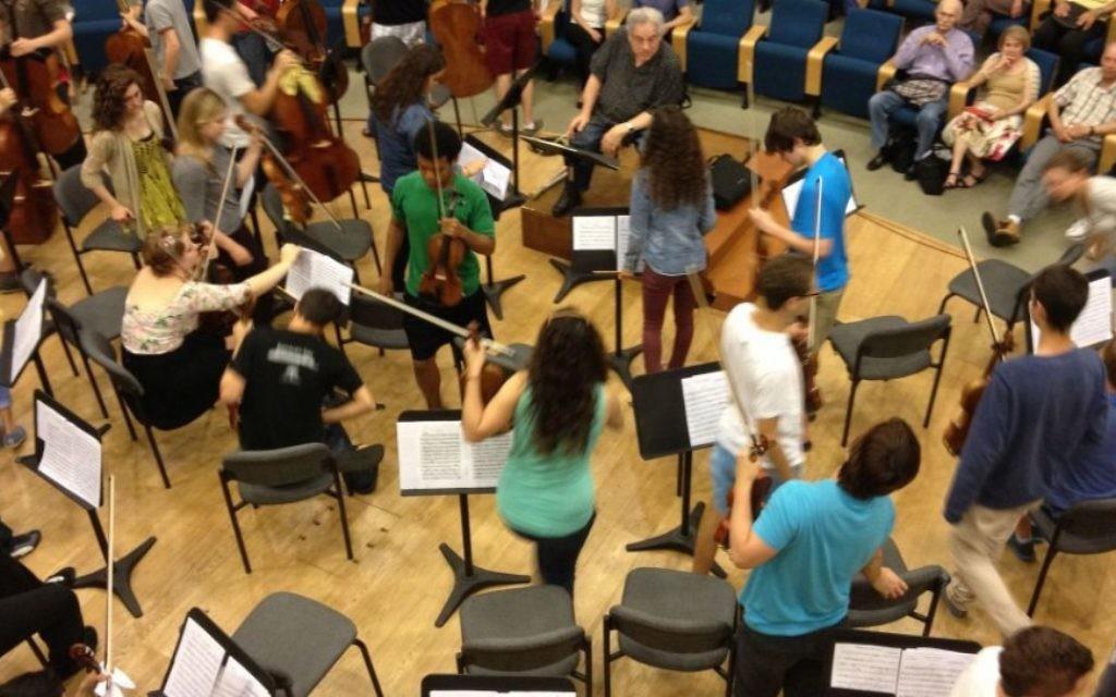Le violiniste Itzhak Perlman parle à ses étudiants  (Crédit : Jessica Steinberg/Times of Israel)