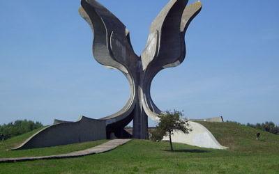 Monument à la mémoire des victimes de Jasenovac, en Croatie (Crédit : Bern Bartsch/Wikimedia commons/CC BY-SA 3.0)