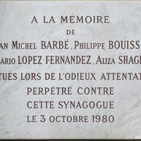 Plaque commémorative à la mémoire des victimes de l'attentat de la synagogue de la rue de Copernic. (Crédit : Mu/CC BY SA 3.0)