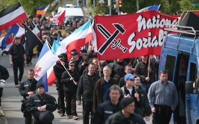 Quelque 250 supporters du parti d'extrême-droite allemand (Parti national-démocratique) à Rostock, en Allemagne (Crédit : Sean Gallup/Getty Images/via JTA)