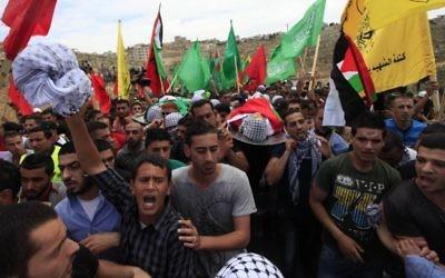 Rassemblement de Palestiniens après la mort de deux d'entre eux le jour de la 66ème Nakba (Crédit : Issam Rinawi/Flash 90)