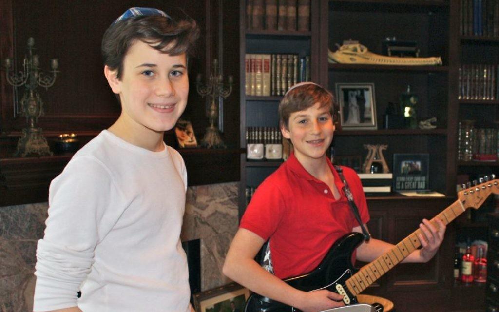 Sam Goldberg (gauche) et Joshua Levine jouent ensemble de la musique pour aider Leket Israël (Crédit : Alyssa Goldberg via JTA)