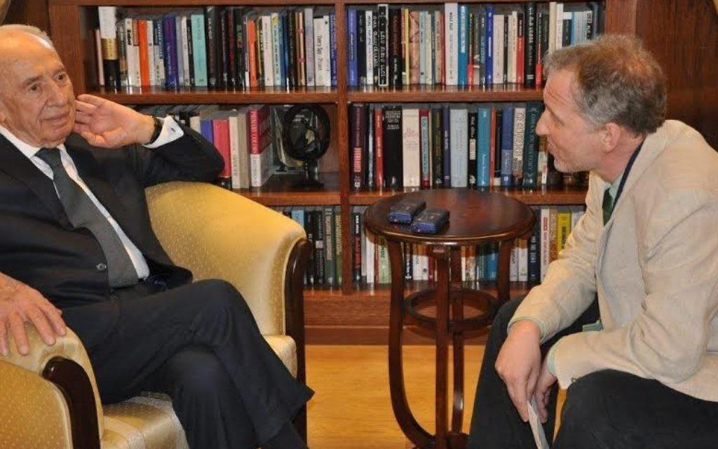 Shimon Peres discutant avec David Horovitz du Times of Israel (Crédit bureau du Président)