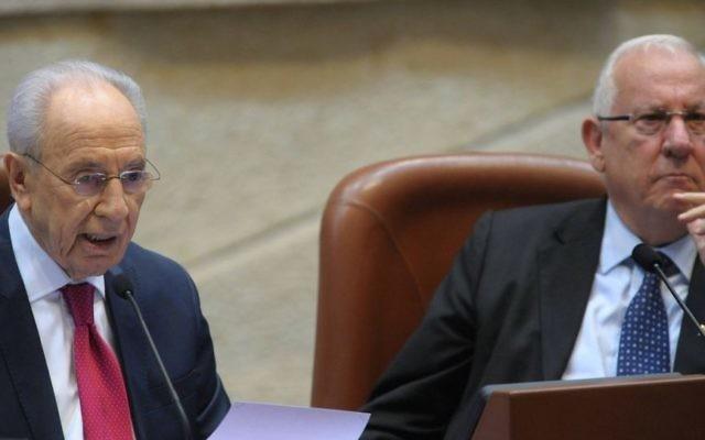 Shimon Peres (gauche) et Reuven Rivlin à la Knesset en 2011 (Crédit : GPO/Amos Ben Gershom/Flash 90)