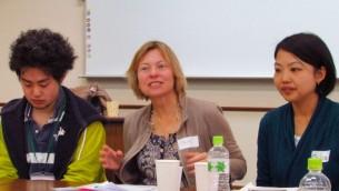 Tami Gavron (centre), Kensho Tambara (gauche) et Keiko Fukumoto (droite) (Crédit : Debra Kamin/Times of Israel)