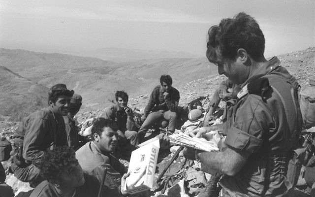 Un officier distribue le courrier aux soldats sur le front au mont Hermon - 11 octobre 1973 (Crédit : GPO/Eitan Harris)