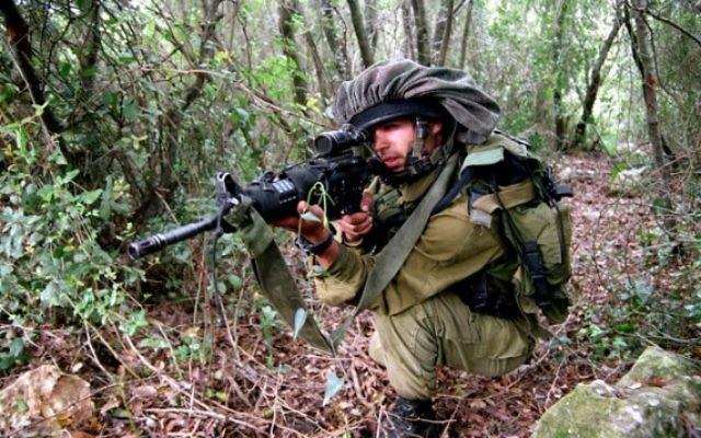 Un soldat de l'unité de reconnaissance d'élite Egoz en entraînement dans le nord d'Israël. Illustration. (Crédit : Abir Sultan/Flash90)