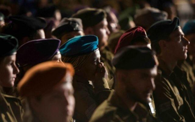 Une soldate au milieu de la foule de soldats (Crédit : Yonatan Sindel/Flash 90)