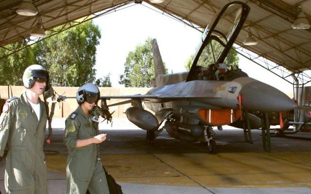 Des pilotes de l'armée de l'air israélienne (Crédit photo : Tsahi Ben-Ami/Flash90)