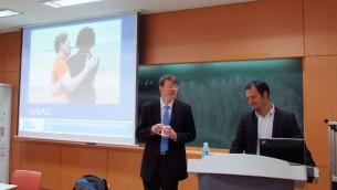 Yotam Polizer, à droite, avec le Professeur Clifton Emery,  à l'université Yonsei à Séoul (Crédit : Debra Kamin/Times of Israel)