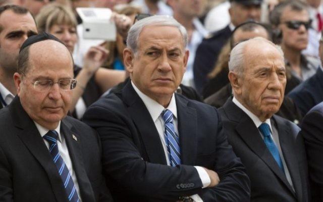 (de gauche à droite) Shimon Peres, Benjamin Netanyahu et Moshe Yaalon (Crédit : David Vaaknini/POOL/Flash 90)