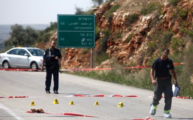 Des officiers de l'armée examinant la scène d'un attentat terroriste au carrefour de Tapuah en Cisjordanie le 30 avril 2013 (Crédit photo : Flash90)