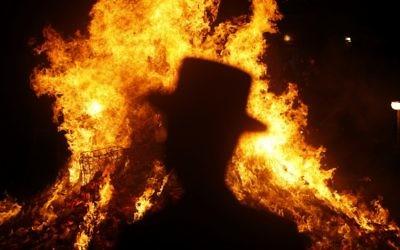 Un homme ultra-orthodoxe devant un feu de joie de Lag Baomer (Crédit : Flash90)