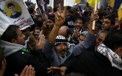 Des Palestiniens accueilllent des prisonniers libérés à la Muqata de Ramallah, mardi 31 décembre 2013 (Crédit : Hadas Parush/Flash90)
