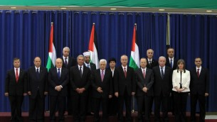 Le nouveau gouvernement de consensus palestinien - 2 juin 2014 (Crédit : Abbas Momani/AFP)