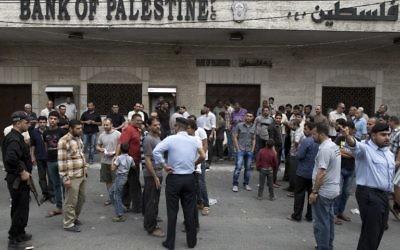 Des employés de l'AP empêchés d'entrer dans les banques par le Hamas (Crédit : AFP/MOHAMMED ABED)