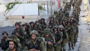 Des soldats de l'armée israélienne à Hébron, le 17 juin 2014. (Crédit : AFP Photo/Hazem Bader)