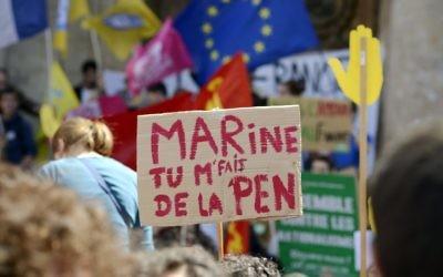 Pancarte contre le Front National dirigé par Marine Le Pen (Crédit : AFP)