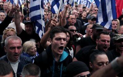 Des membres du parti néo-nazi Aube dorée en soutien au leader du parti (Crédit : ANGELOS TZORTZINIS / AFP)