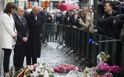Joelle Milquet et Bernard Cazeneuve rendent un hommage aux victimes de la tuerie de Bruxelles (Crédit : KRISTOF VAN ACCOM / BELGA / AFP)