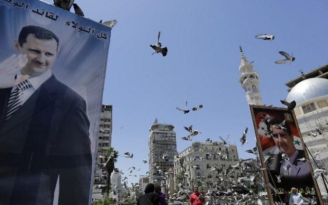 Affiche de Bashar el Assad à l'approche des élections du 3 juin en Syrie (Crédit : Joseph Eid/AFP)
