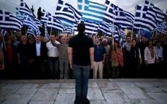 Le porte-parole du parti néo nazi Aube dorée s'adresse à la foule réunie devant le Parlement en soutien à leu chef dont l'immunité di^lomatique a été levée (Crédit : AFP)