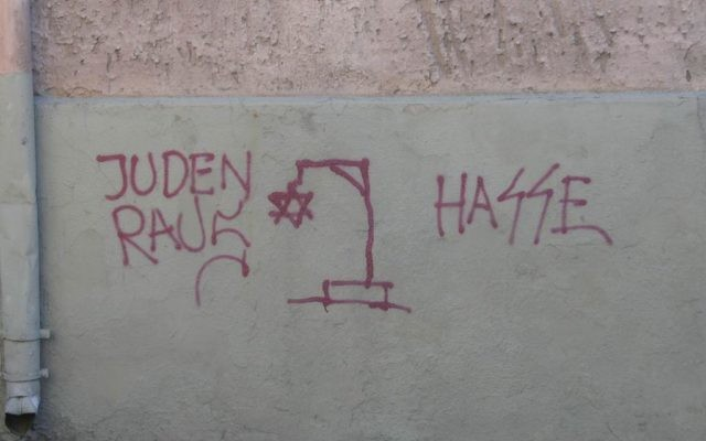 Un graffiti antisémite (Crédit : CC BY-SA Beny Shlevich/Flickr)
