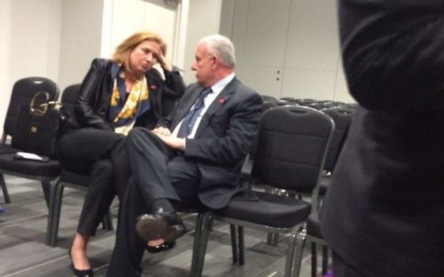 Tzipi Livni et Riyad al-Maliki, le ministre des Affaires étrangères palestinien à Londres le 12 juin 2014 (Crédit : autorisation)
