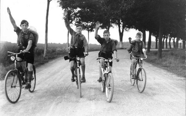 Des membres de la jeunesse allemande à vélo (Crédit : CC BY-SA German Federal Archive, Wikimedia Commons)