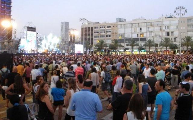 Des habitants de Tel Aviv se rassemblent sur Kikar Rabin en solidarité aux adolescents enlevés Eyal Yifrach, Gil-ad Shaar and Naftali Fraenkel (Crédit : Tomer Neuberg/Flash90)