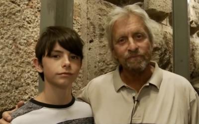 Dylan Douglas et son père Michael Douglas à la cité de David (Crédit YouTube Cité de David)