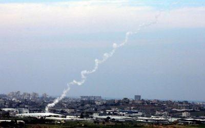 Des roquettes Kassam tirées sur Israël depuis Gaza (Crédit : Edi Israel/Flash90)