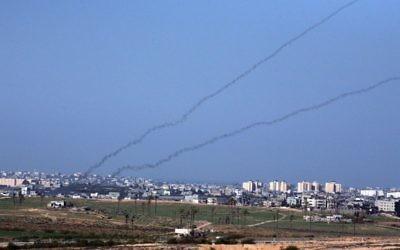 Tir de roquettes depuis la bande de Gaza (Crédit : Yossi Zamir/Flash90)
