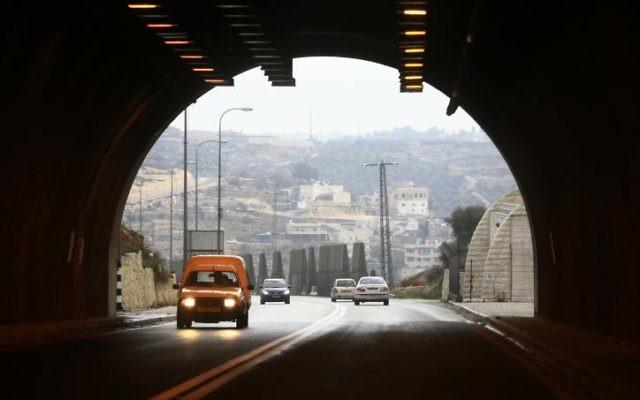 L'entrée du tunnel de Jérusalem menant au bloc d'implantation du Gush Etsion (Crédit : Nati Shohat/Flash 90)