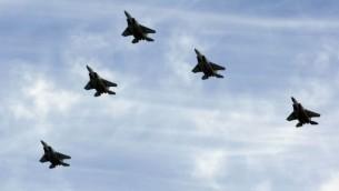 Une formation de F-15 de l'armée de l'air israélienne (Crédit : Moshe Shai/Flash90)