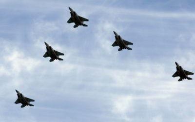 Une formation de F-15 de l'armée de l'air israélienne. Illustration. (Crédit : Moshe Shai/Flash90)