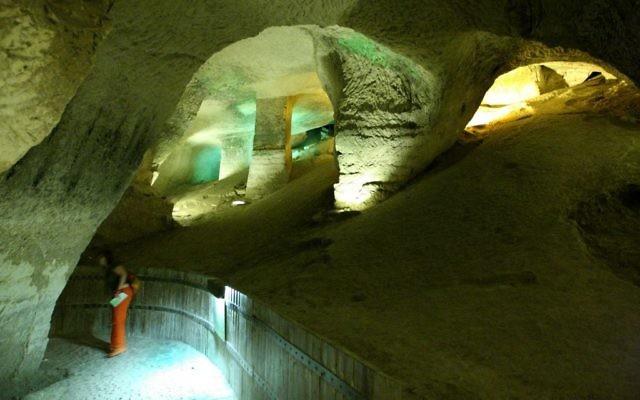 Une grotte à Beit Guvrin (Crédit : Moshe Shai/Flash 90)