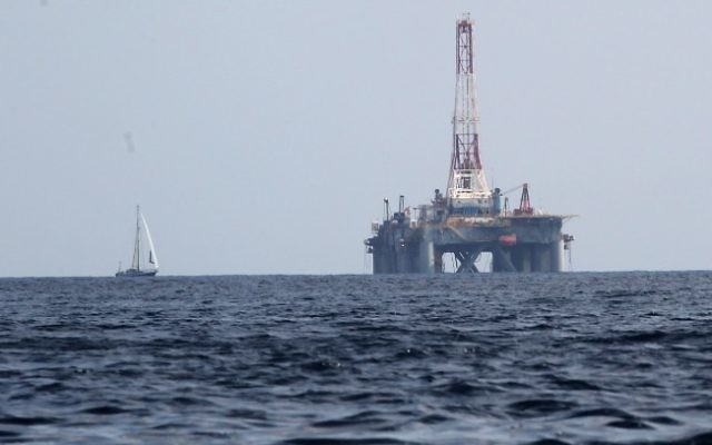 Un forage pétrolier dans la mer Méditerranée (Crédit : Nati Shohat/Flash90)