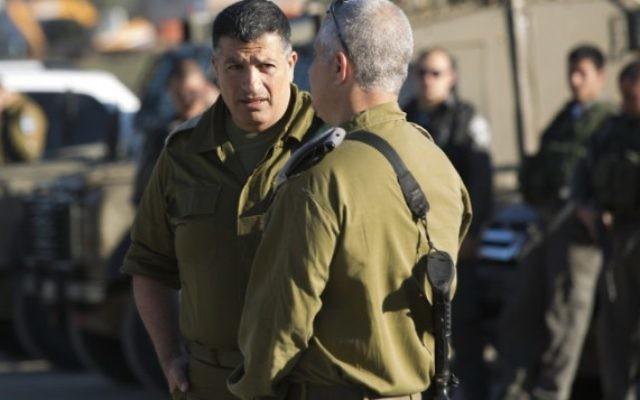 Le coordinateur du gouvernement dans les Territoires, le général Yoav Mordechai (à gauche) (Crédit : Yonatan Sindel/Flash90)