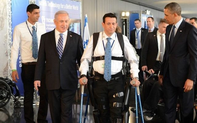 Radi Kaiuf en train d'essayer le Rewalk, entre Benjamin Netanyahu et Barack Obama (Crédit : Kobi Gideon/GPO /FLASH90)