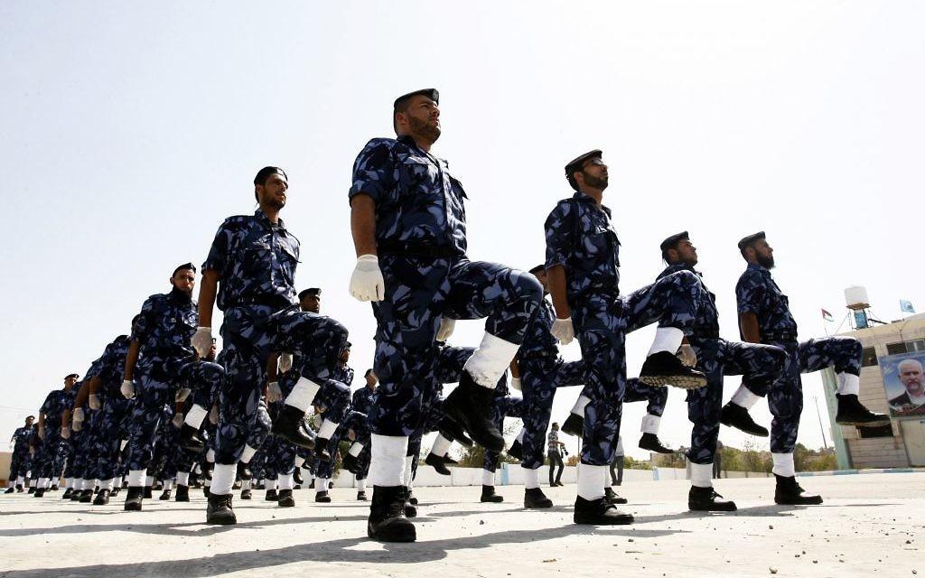 Des policiers palestiniens à Khan Younis (Crédit : Abed Rahim Khatib/Flash90)