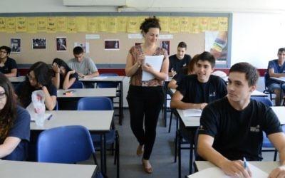 Illustration d'une salle de classe de lycéens en Israël (Crédit : Yossi Zeliger/Flash 90)