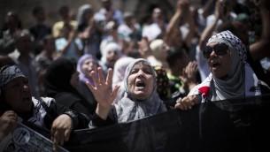 Des Palestiniens à la porte de Damas à Jérusalem, le jour de la Naksa (Crédit : Yonatan Sindel/Flash90)