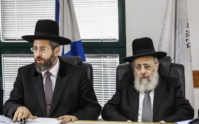 Les grands rabbins ashkénaze David Lau, à gauche, et  séfarade Yitzhak Yossef, en novembre 2013. (Crédit : Flash90)
