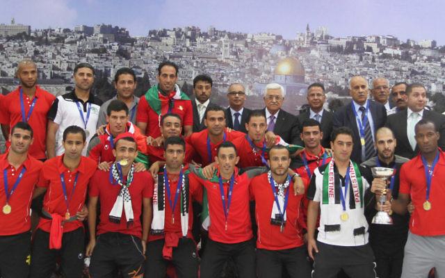 L'équipe de football palestinienne avec Mahmoud Abbas en mai 2014 (Crédit :  Issam Rimawi/ Flash90)