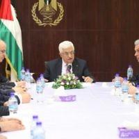 Le président de l'Autorité palestinienne Mahmoud Abbas rencontre son nouveau gouvernement de coalition à Ramallah, en Cisjordanie, le 2 juin 2014. (Crédit photo : Issam Rimawi/Flash90)