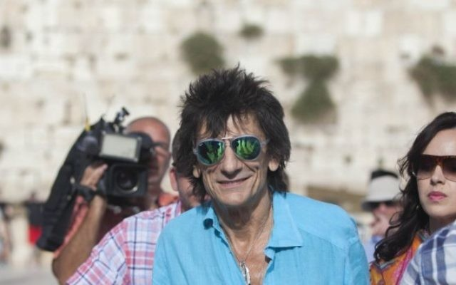 Ronnie Wood, guitariste des Rolling Stones, au mur Occidental avant un concert du groupe à Tel Aviv en 2014. (Crédit : Yonatan Sindel/Flash 90)