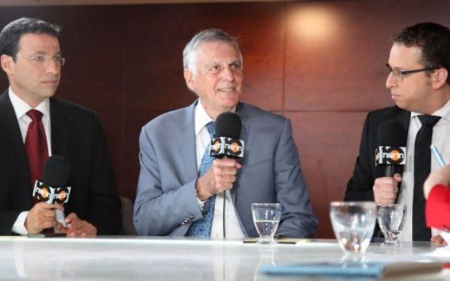 Dan Shechtman interviewé par la presse parlementaire (Crédit : Isaac Harari/FLASH90)