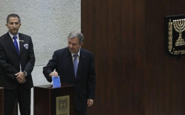 Meir Shitrit en train de voter à l'élection présidentielle (Crédit : Flash 90)